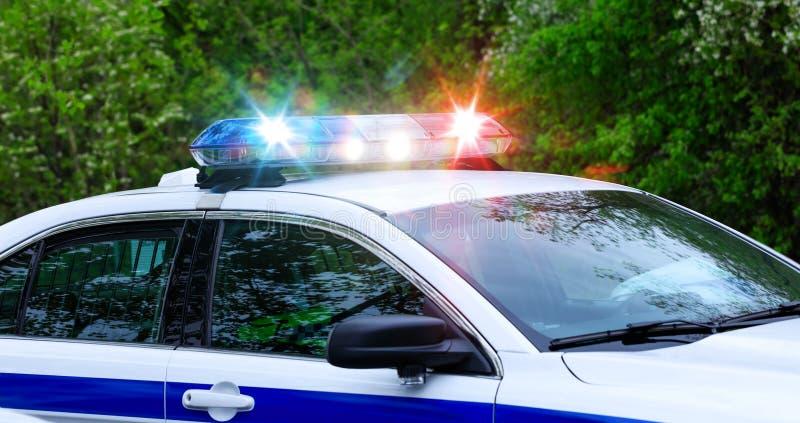 Carro de polícia da patrulha com foco em luzes da sirene As sirenes bonitas iluminam-se ativado em um carro de polícia antes da m imagens de stock