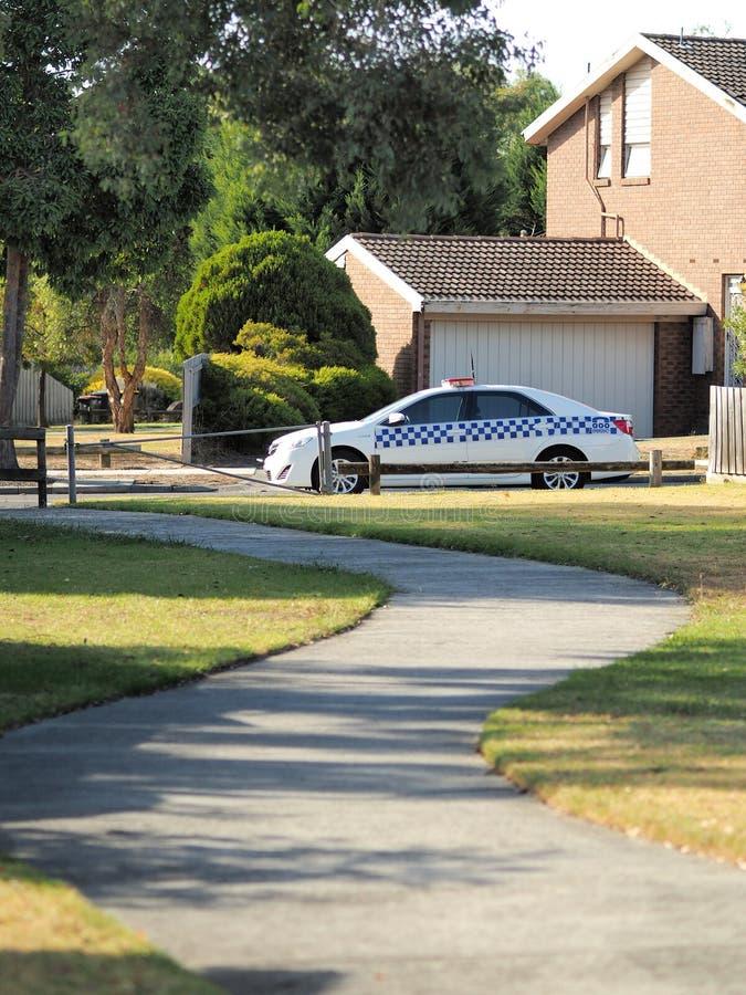 Carro de polícia em um lado da estrada em uma área residencial em Melbourne do leste fotografia de stock royalty free