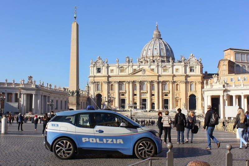 Carro de polícia na frente da basílica do ` s de St Peter, Cidade Estado do Vaticano imagem de stock