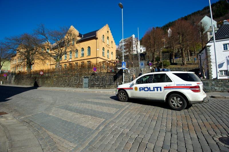 Carro de polícia na rua em Bergen fotografia de stock royalty free