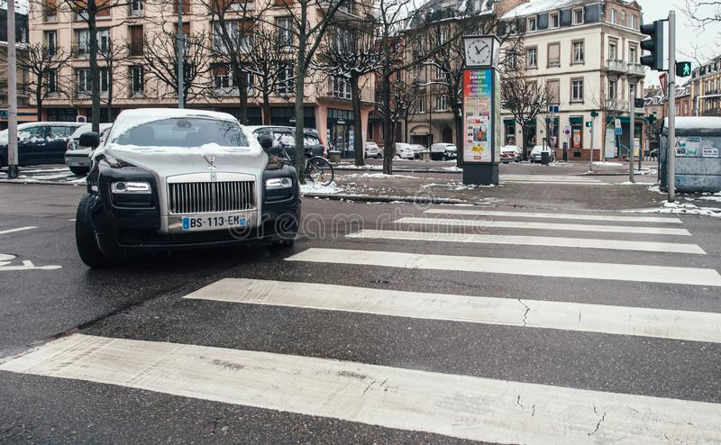 Carro de prata do preto luxuoso novo da limusina de Rolls royce fotos de stock royalty free