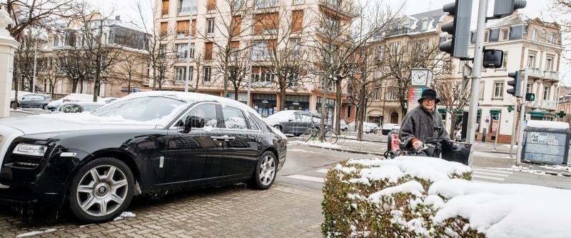 Carro de prata do preto luxuoso novo da limusina de Rolls royce imagem de stock