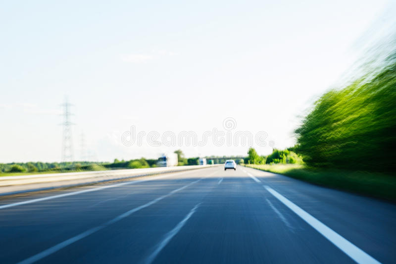 Carro de pressa rápido na estrada POV fotografia de stock