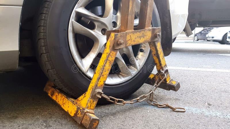 Carro de reboque do Wrecker, veículo multado por violações de estacionamento, serviço da evacuação fotografia de stock