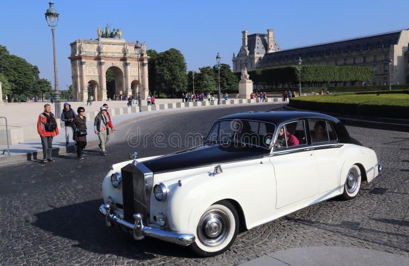 Carro de Rolls Royce em Arc de Triomphe du Carrossel em Paris, França foto de stock royalty free