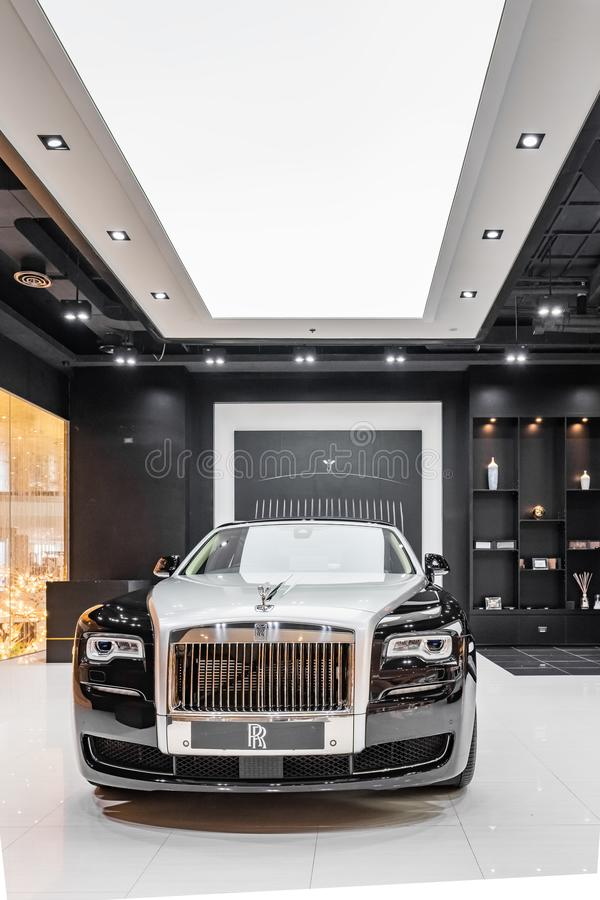 Carro de Rolls Royce em uma sala de exposições do carro no shopping de Iconsiam em Banguecoque, Tailândia foto de stock