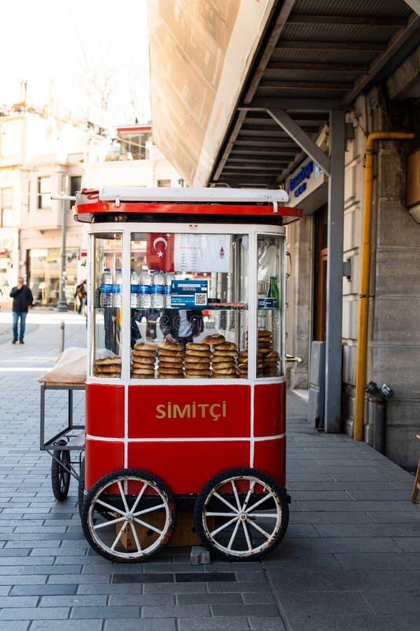 Carro de Simit en la calle vendedor turco del panecillo fotos de archivo libres de regalías