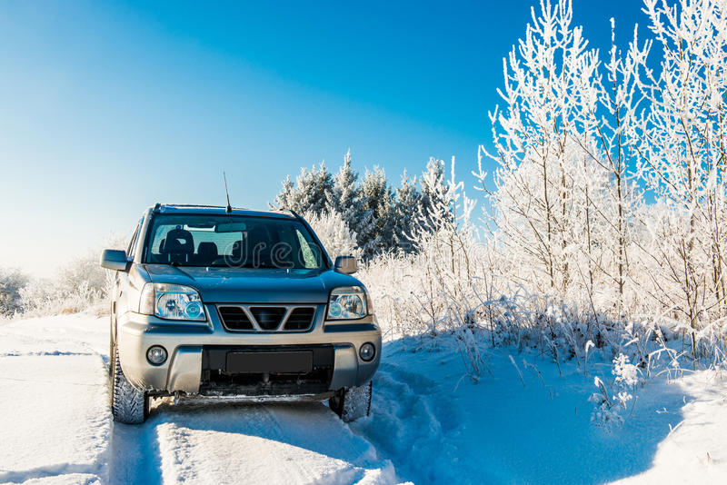Carro de Suv na estrada nevado imagens de stock royalty free