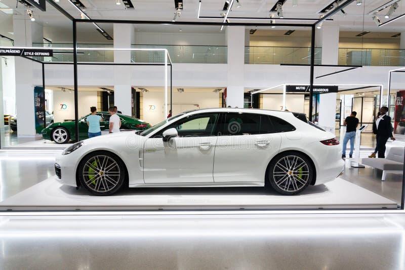 Carro de Turismo do esporte do E-híbrido do turbocompressor S de Porsche Panamera que está na movimentação do fórum de Volkswagen fotografia de stock