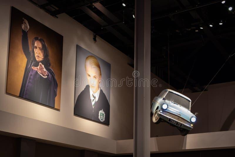 Carro de voo Ford Anglia e cartazes dos caráteres dos filmes de Harry Potter no vestíbulo da entrada do estúdio fotos de stock royalty free