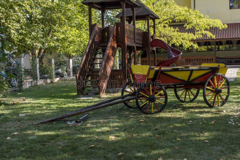 Carro decorado no parque na cidade de Beloslav A cidade é ficada situada 19 quilômetros a oeste de Varna É situado nos dois banco imagens de stock
