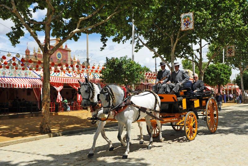 Carro del caballo a caminar alrededor de Feria de Sevilla, España fotografía de archivo libre de regalías