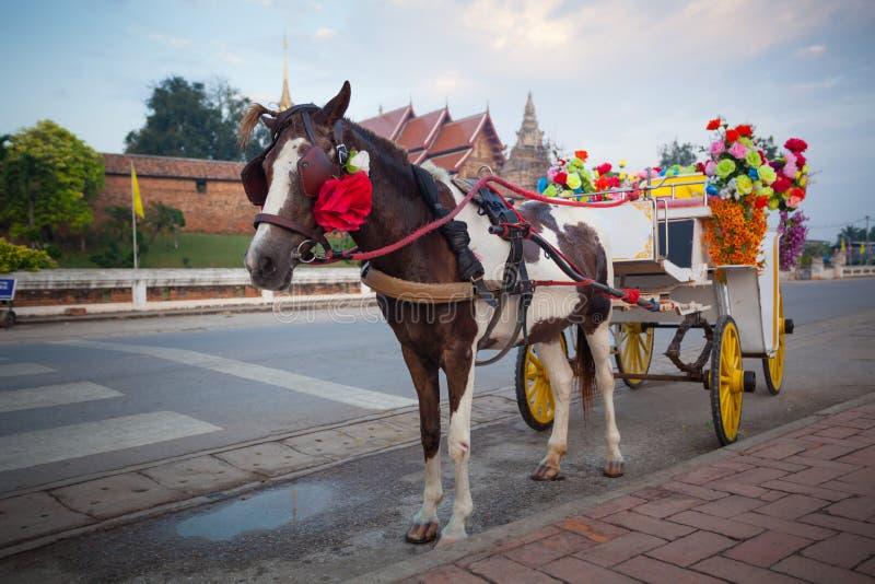 Carro del caballo en el templo Phrathat Lampang Luang en Lampang, tailandés imágenes de archivo libres de regalías