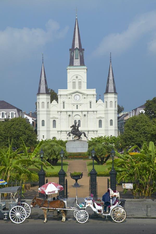 Carro del caballo y turistas delante de Andrew Jackson Statue y de St Louis Cathedral, Jackson Square en New Orleans, Luisiana foto de archivo libre de regalías