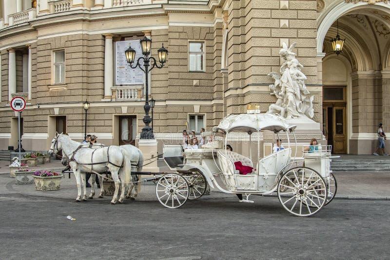 Carro del transporte de coche con los caballos fotos de archivo libres de regalías