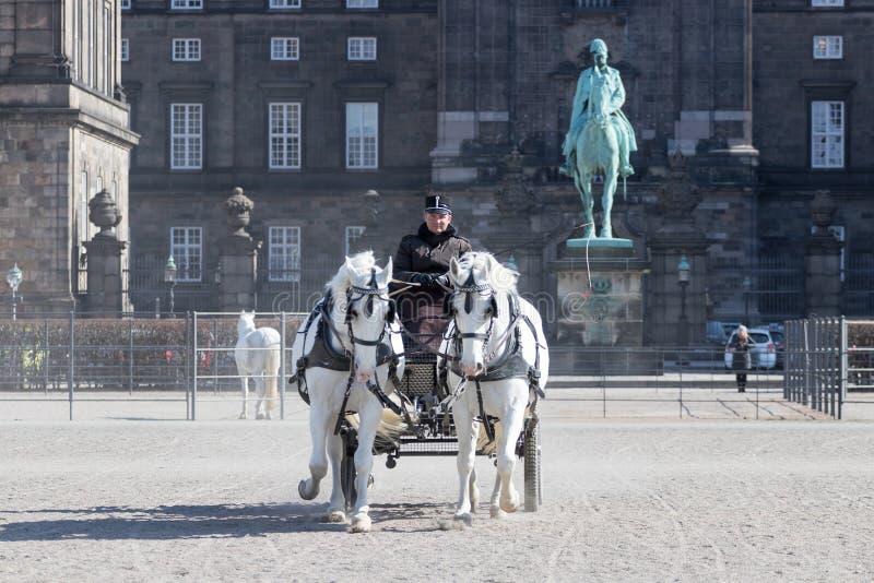 Carro delante del palacio de Christiansborg foto de archivo libre de regalías