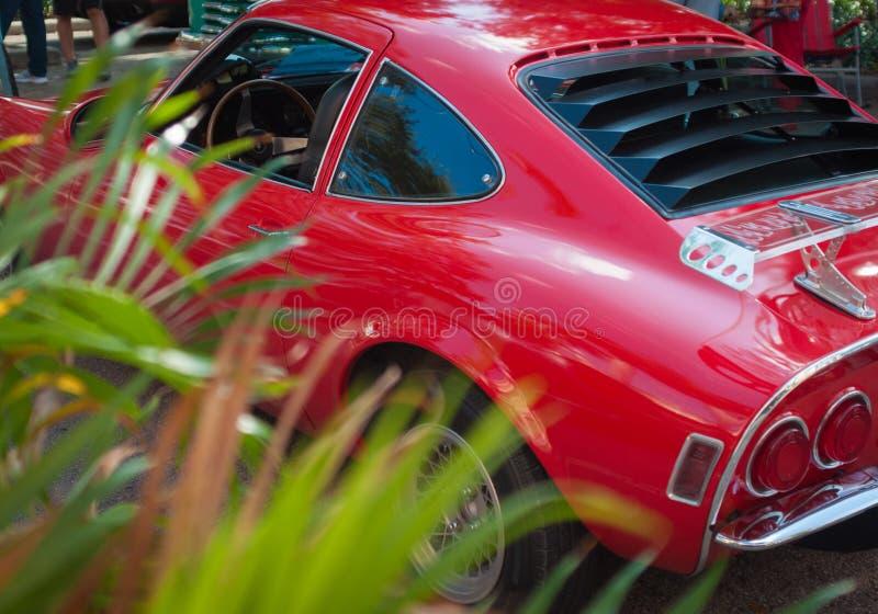 Carro desportivo clássico vermelho com grama imagem de stock