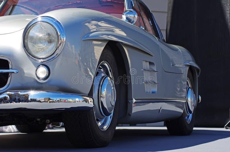 Carro desportivo do vintage na rua fotos de stock