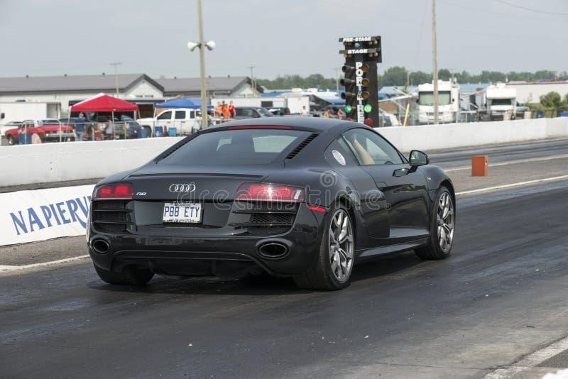 Carro desportivo na trilha imagens de stock royalty free