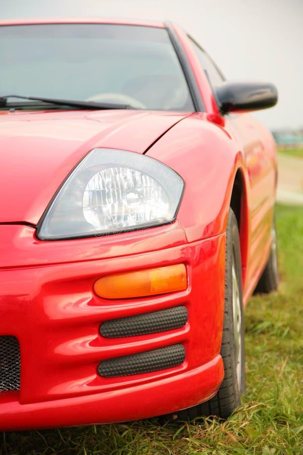 Carro desportivo vermelho.