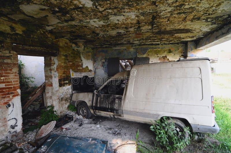 Carro destruído velho imagem de stock