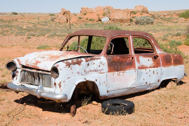 Carro destruído velho no interior Austrália imagem de stock