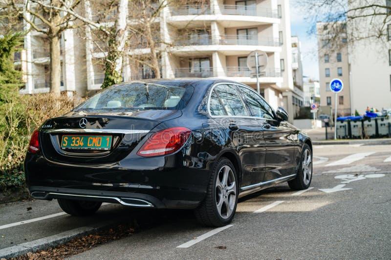 Carro diesel luxuoso de Mercedes-Benz E220d na cidade imagens de stock