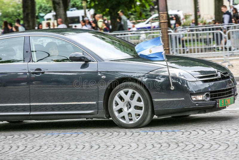 Carro diplomático de Argentina durante a parada militar ( Defile) no dia ( da república; Bastille Day) Campeões Ely imagens de stock royalty free