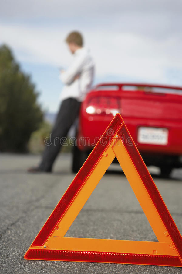 Carro dividido com triângulo de advertência vermelho fotos de stock