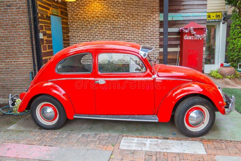 Carro do besouro da VW no mercado de flutuação de Amphawa foto de stock royalty free