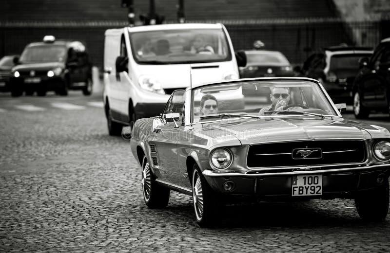 Carro do cabriolet do mustang preto e branco imagem de stock