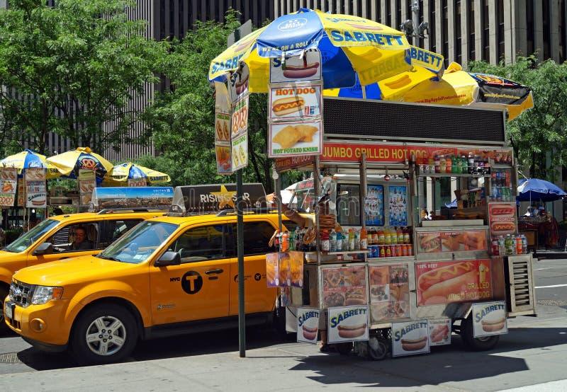 Carro do cachorro quente em New York City foto de stock