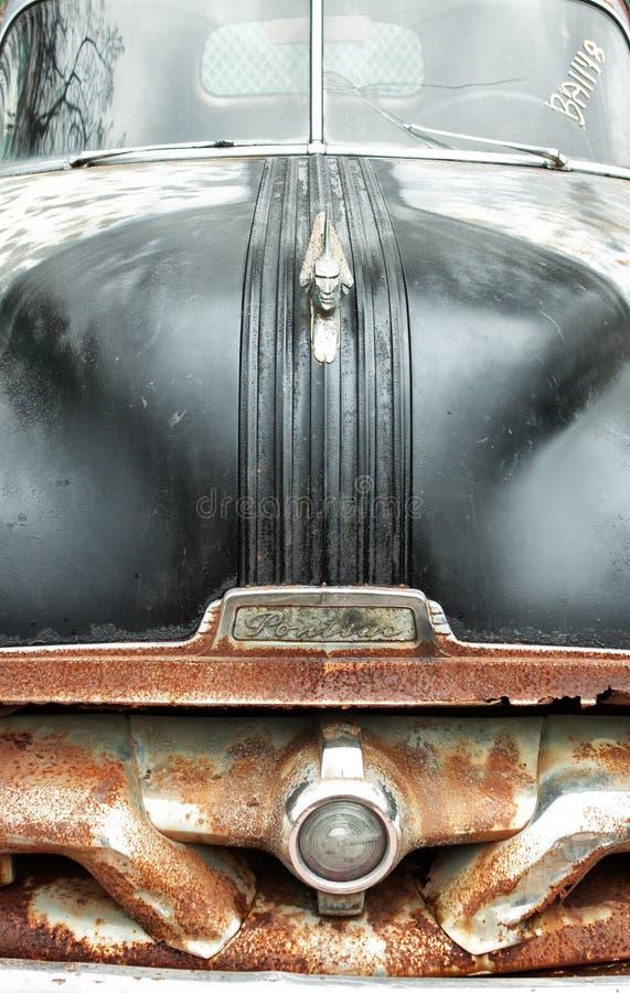 Carro do cemitério de automóveis com amortecedor oxidado e a capa preta com ornamento da capa fotografia de stock