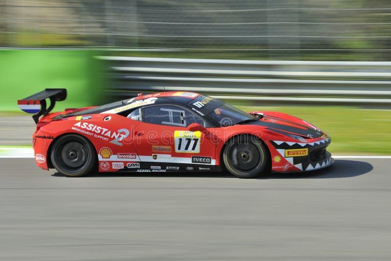 Carro do desafio EVO de Ferrari 458 na trilha de Monza - Ferrari desafio abril de 2015 foto de stock