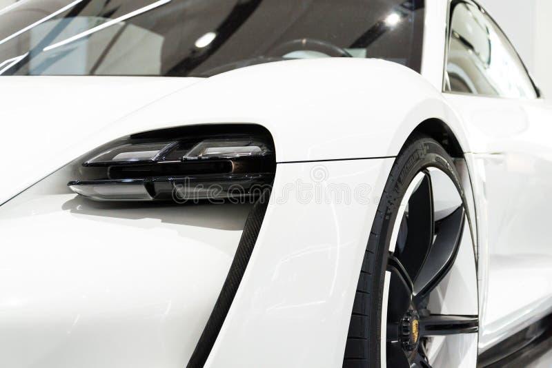 Carro do estudo do conceito da missão E de Porsche que está na movimentação do fórum de Volkswagen Group fotografia de stock