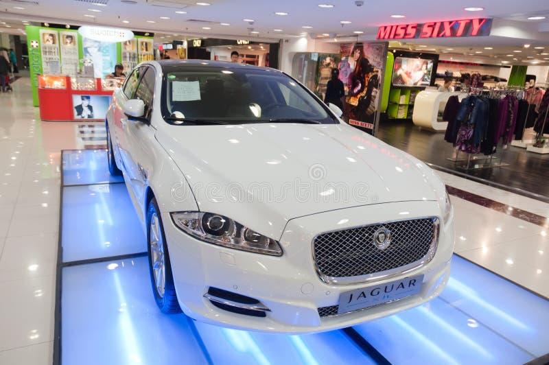 carro do jaguar na alameda de compra imagem de stock royalty free