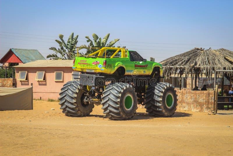 Carro do jipe nas rodas poderosas enormes para uma reunião no deserto de Namib Atra??o tur?stica foto de stock royalty free