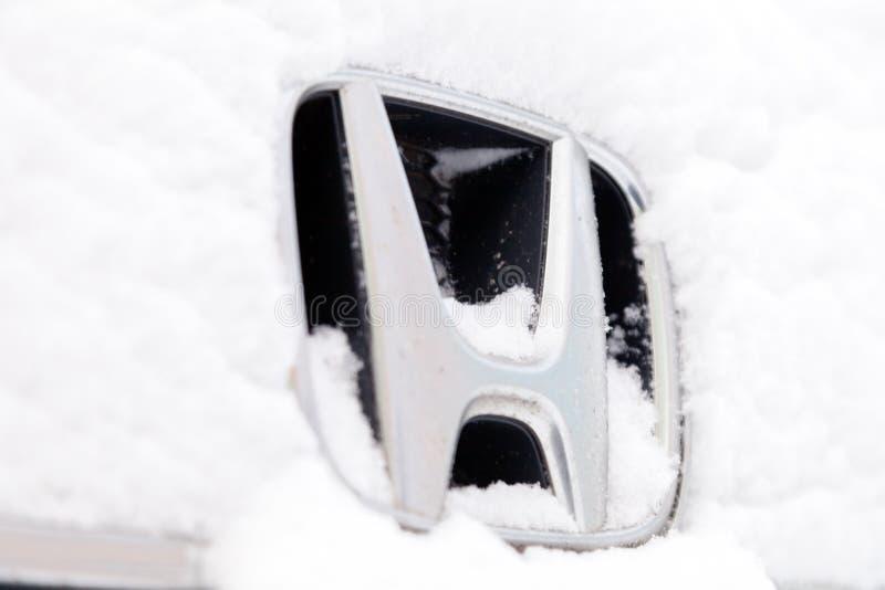 Carro do minibus de Honda Stepwgn do ícone do tipo do emblema do metal do close up de Rússia Kemerovo 2018-12-23, suportes cobert foto de stock