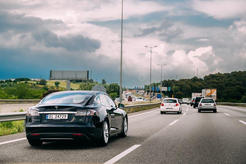 Carro do modelo S 85 de Tesla no movimento na estrada da autoestrada da estrada da estrada fotos de stock royalty free