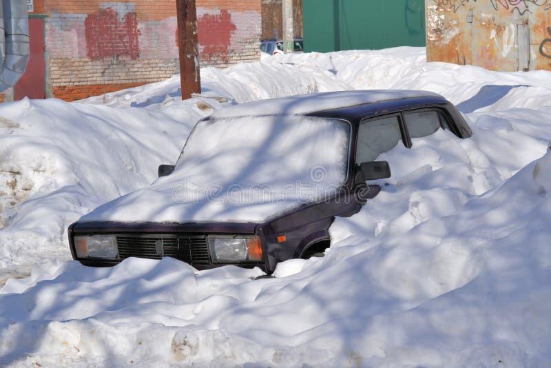 Carro do russo coberto com a neve Rússia Dia ensolarado do inverno fotos de stock royalty free