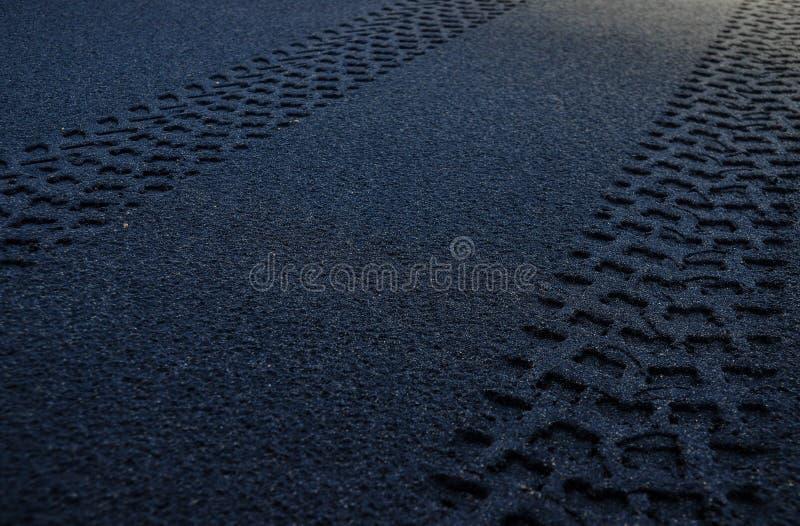 Carro do traço na estrada da trilha da praia do deserto fotos de stock
