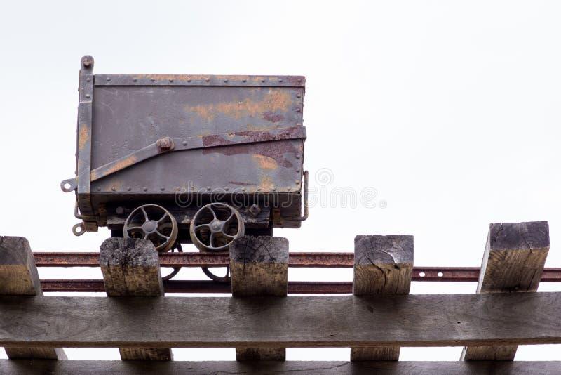 Carro do trilho da mineração do ouro fotografia de stock royalty free