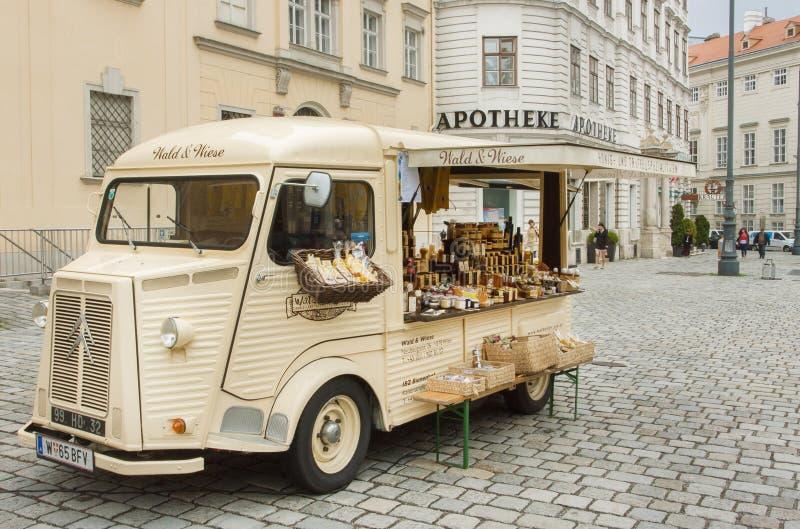 Carro do vintage com mostra, alimento e cosméticos do comerciante para a venda exterior fotografia de stock royalty free
