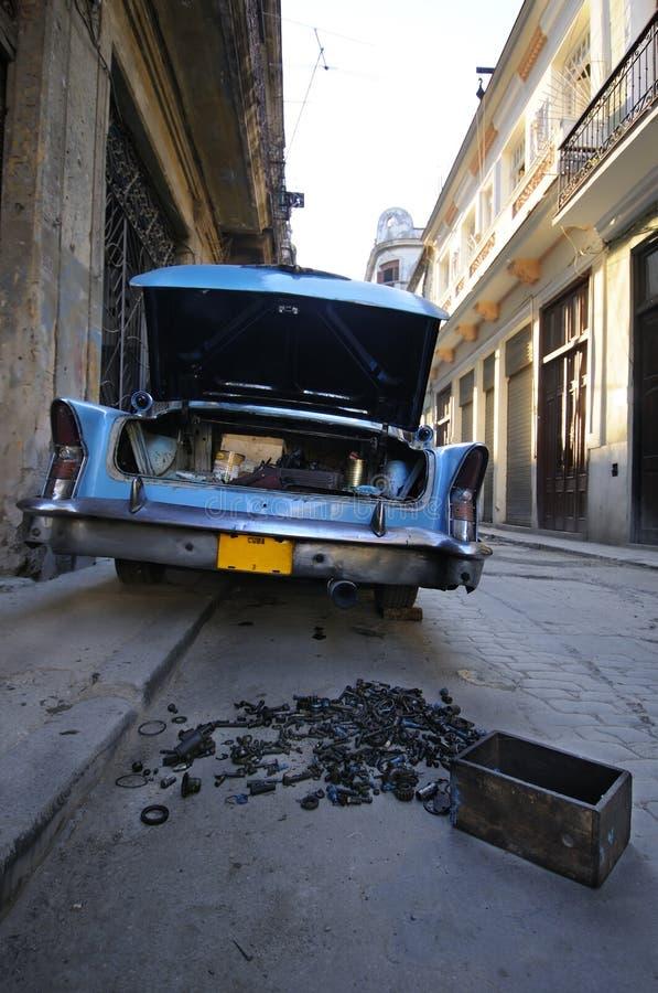 Carro do vintage com o tronco aberto na rua de Havana fotos de stock royalty free