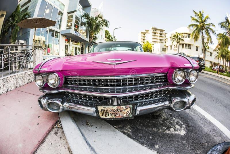 Carro do vintage de Cadillac estacionado em imagem de stock