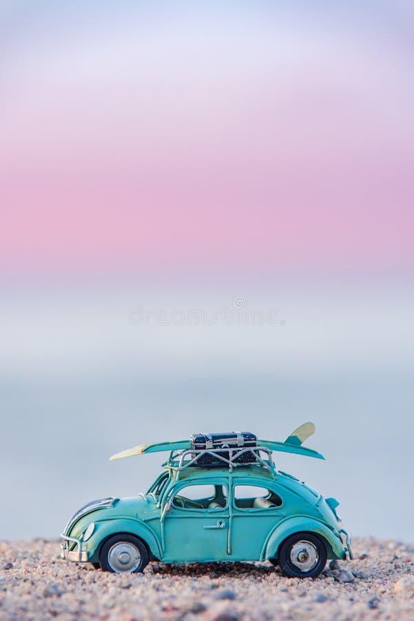Carro do vintage dos surfistas estacionado na praia fotos de stock