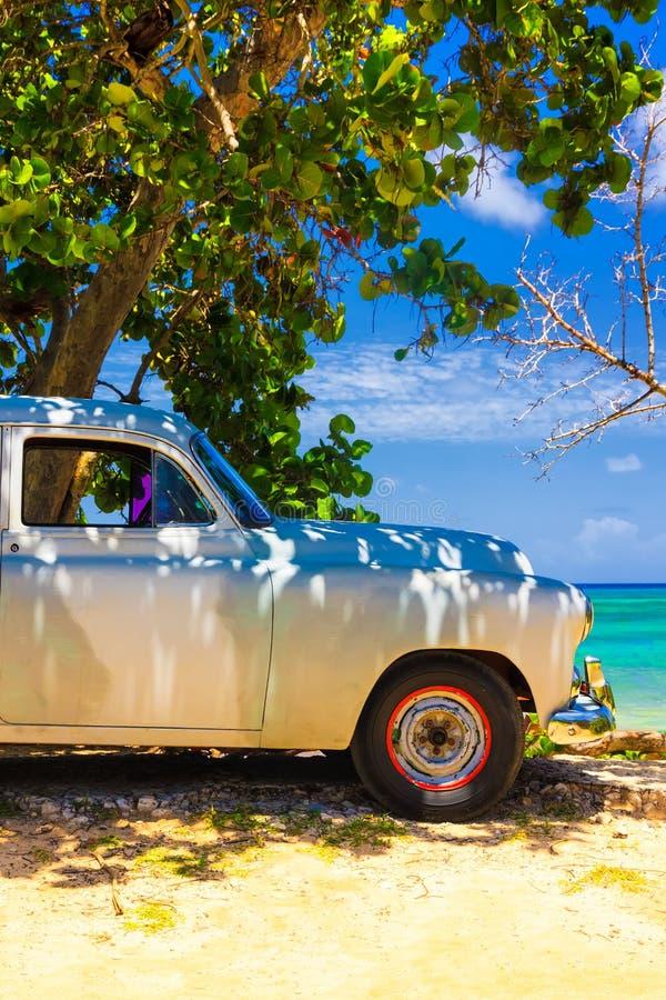 Carro do vintage em uma praia em Cuba imagens de stock royalty free