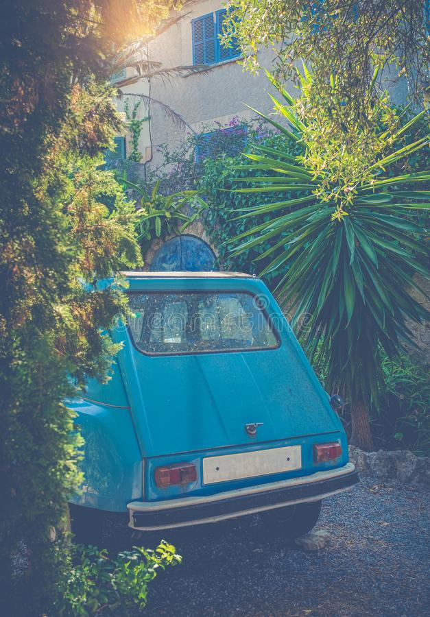 Carro do vintage fora de um castelo francês imagens de stock
