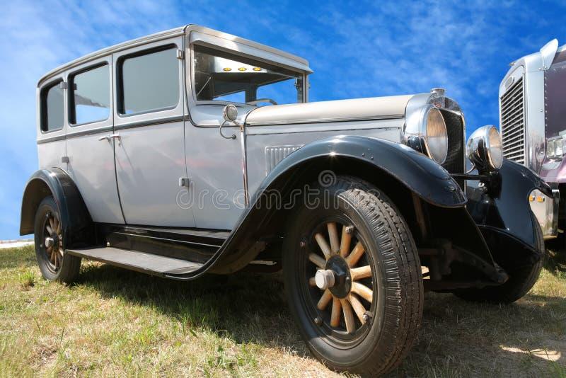 Carro do vintage na roda de madeira imagem de stock