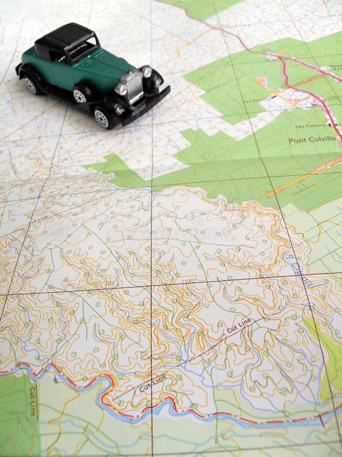 Carro do vintage no mapa imagem de stock royalty free